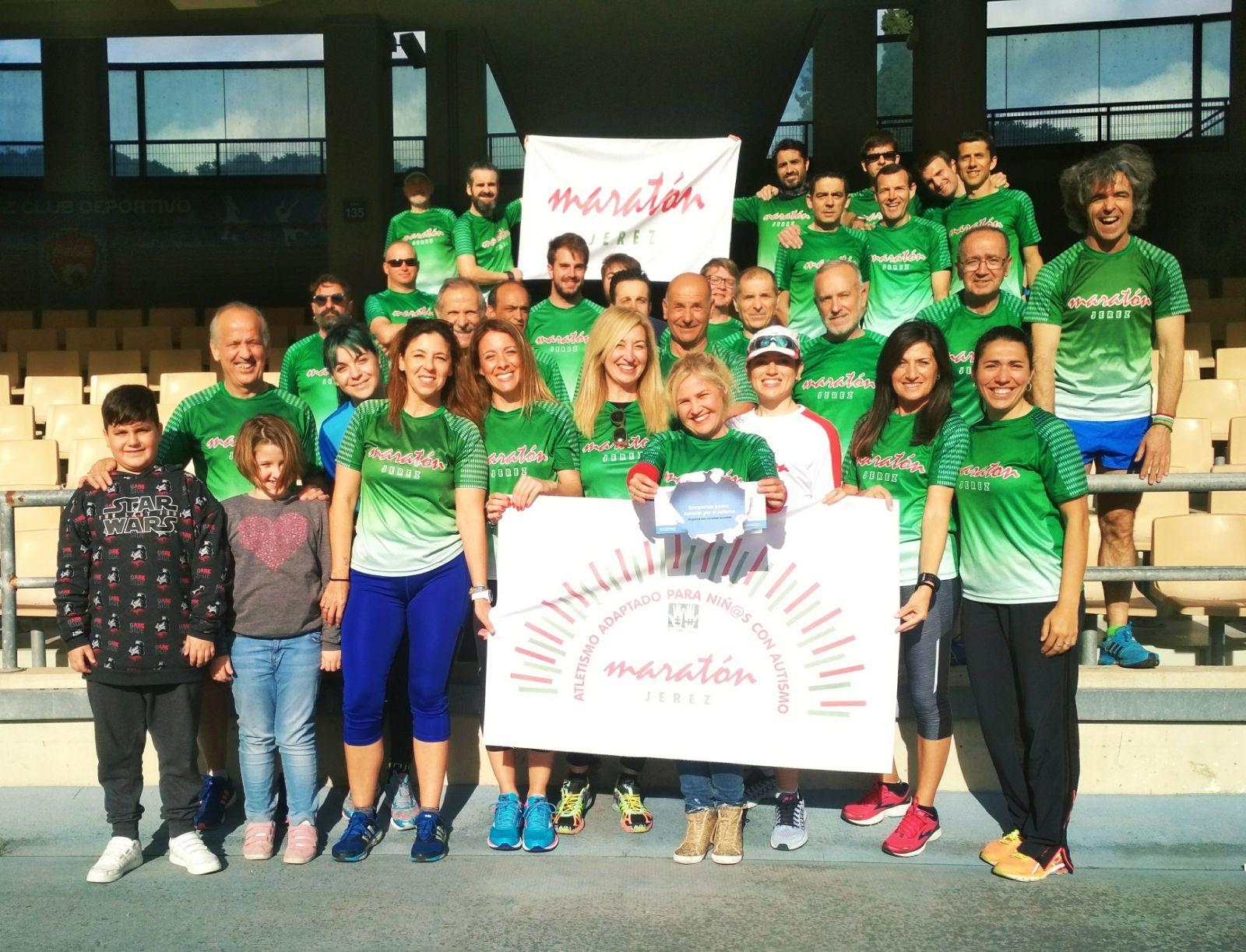 Los atletas del Maratón Jerez con la campaña «Rompiendo Barreras con el Autismo»